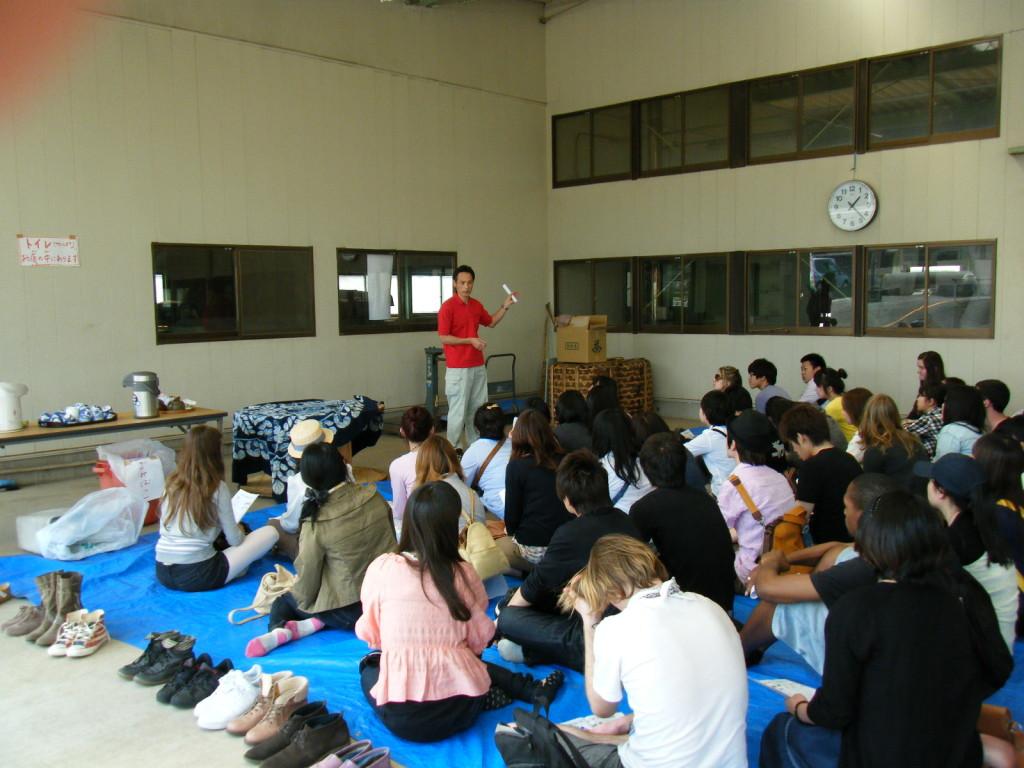 2013年5月12日に青山学院大学の留学生が茶摘み体験をしました